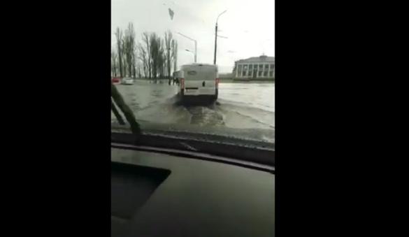 Через дощ: у Черкасах в районі Річкового вокзалу затопило вулицю (ВІДЕО)