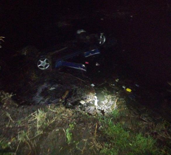 На Черкащині автомобіль злетів у ставок: загинулитроє чоловіків