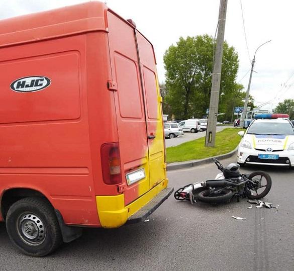 У Черкасах зіштовхнулися мотоцикл та мікроавтобус: є постраждалий (ФОТО)