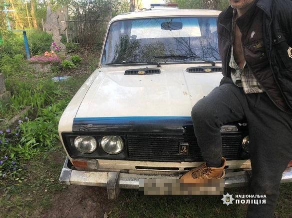 Наруга над могилами в Черкаській області: чоловіка затримала поліція (ФОТО)