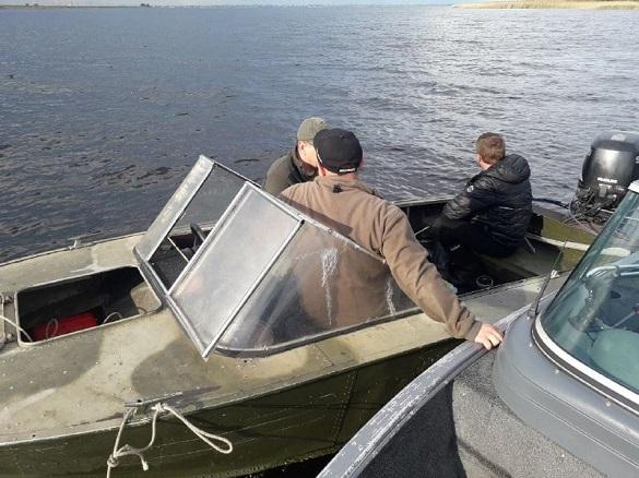 Поблизу черкаської дамби затримали двох браконьєрів на човнах (ФОТО)
