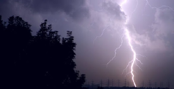 На Черкащині від удару блискавки помер чоловік