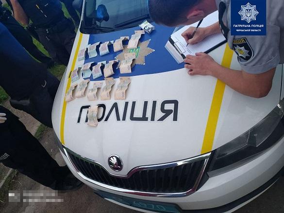 У Черкасах затримали п'яного водія, який намагався дати хабар поліцейським у пачці з-під цигарок (ФОТО)