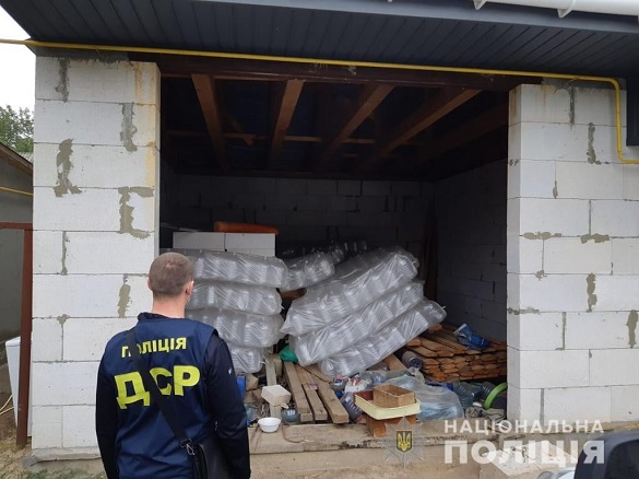 Черкаські поліцейські затримали групу осіб, які продавали підроблену побутову хімію