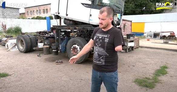 Черкаський АТОвець однією рукою складає двигун вантажівки (ВІДЕО)