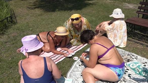 Дартс та шашки, купання та готування: на Черкащині діє табір для пенсіонерів (ФОТО, ВІДЕО)