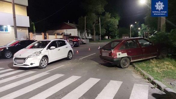 Два автомобілі зіштовхнулись в Черкасах: один із водіїв був без документів та пив пиво