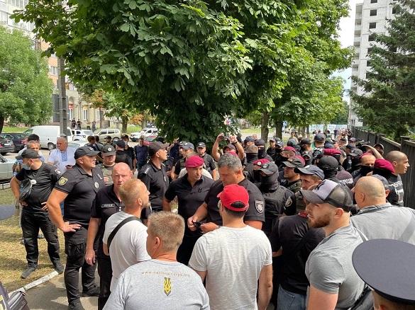 У Черкасах біля будівлі суду сталася бійка (ФОТО)