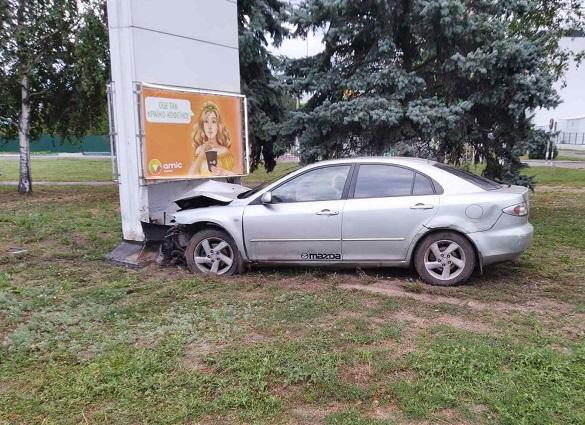 У Черкасах автомобіль в'їхав у рекламну опору: є постраждалий (ФОТО)