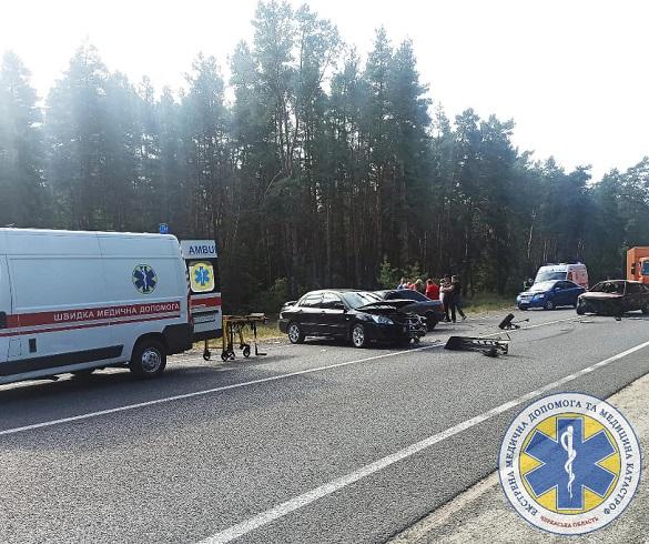 Не розминулось чотири автівки: під Черкасами сталася масштабна аварія (ФОТО, ВІДЕО)