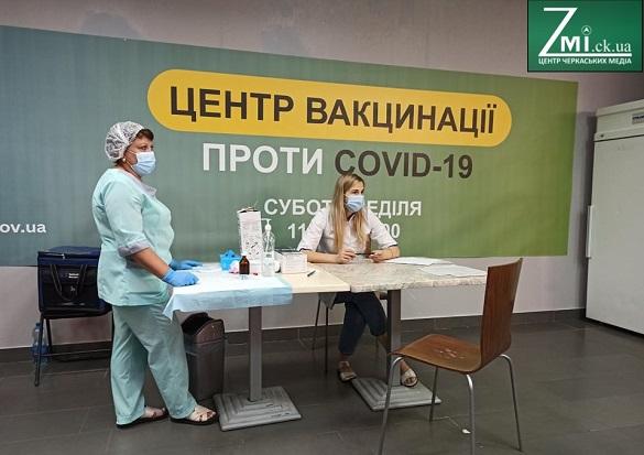 В Україні запровадили обов'язкові щеплення проти COVID-19 для освітян та чиновників