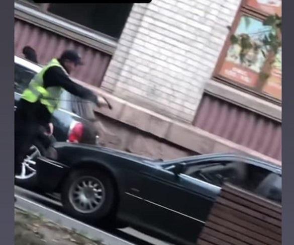 У центрі Черкас водій ледь не збив патрульного (ВІДЕО)