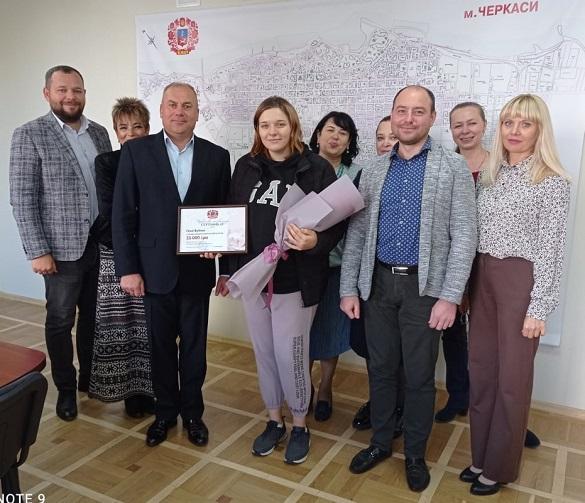 Черкаська родина, в якої народилась донька в День міста, отримала грошовий подарунок