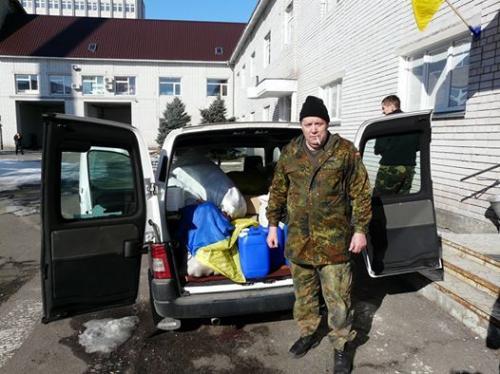 Черкаські волонтери, після поїздки в зону АТО, витягували кулі із коліс