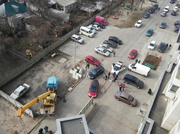 Обурені забудовою черкащани знесли бетонну огорожу (ФОТО)