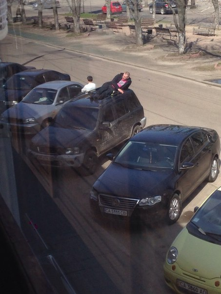 Чоловік знайшов оригінальний спосіб відпочити: на даху машини (ФОТО)