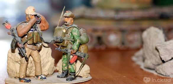 Черкащанин створює воєнні інсталяції з хліба та картону (ФОТО)