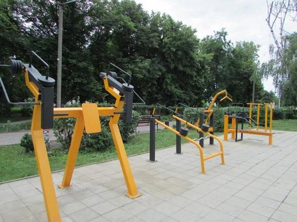 Заняття просто неба: у шполянському парку з'явилися вуличні тренажери (ФОТО)