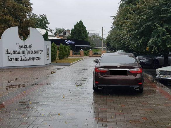 Біля черкаського університету водій припаркувався на тротуарі (ФОТО)