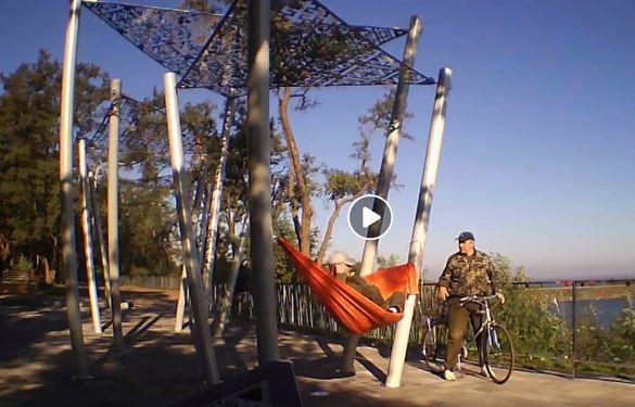У черкаському парку розгорівся конфлікт через гамак на новому оглядовому майданчику (ВІДЕО 18+)