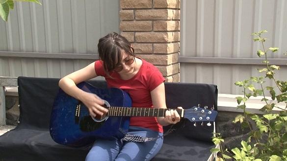 Талановита черкащанка у свої 13-ть грає на 13-ти інструментах (ВІДЕО)