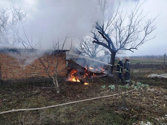 На Черкащині горіла надвірна споруда та сміття (ВІДЕО)