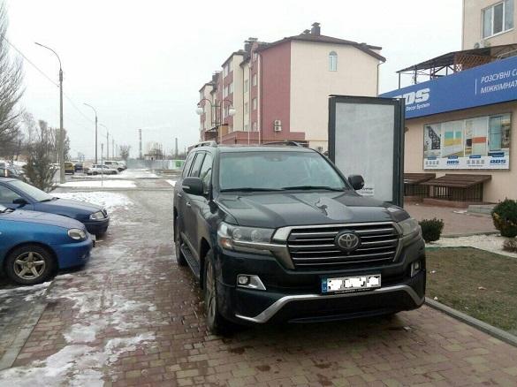 У Черкасах водій припаркувався прямо посеред тротуару (ФОТО)
