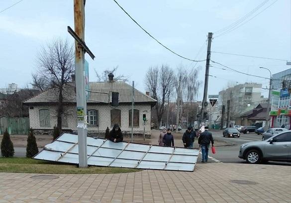 На одній із черкаських вулиць впав білборд (ФОТО)