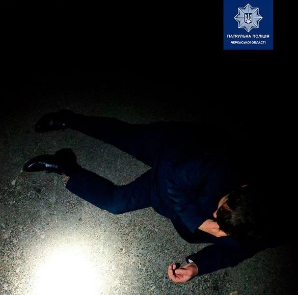 Посеред дороги у Черкасах лежав травмований чоловік
