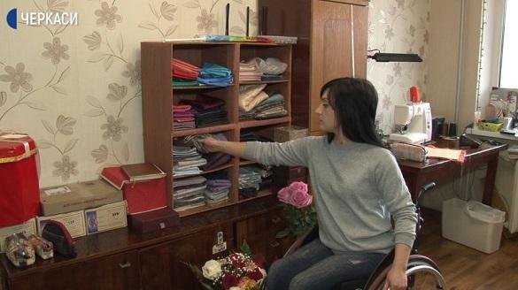 Дівчина з інвалідністю у Черкасах шиє косметички (ВІДЕО)