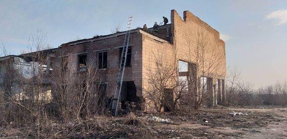 На Черкащині врятували дівчину, яка вилізла на триповерхову недобудову