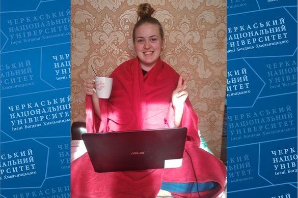 Дистанційне навчання в ЧНУ: можливість вчитися, сидячи вдома на підлозі з чашкою чаю