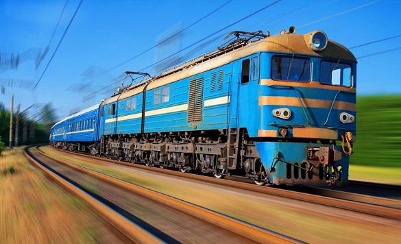 Укрзалізниця почала безкоштовний підвіз рятувальників службовими поїздами