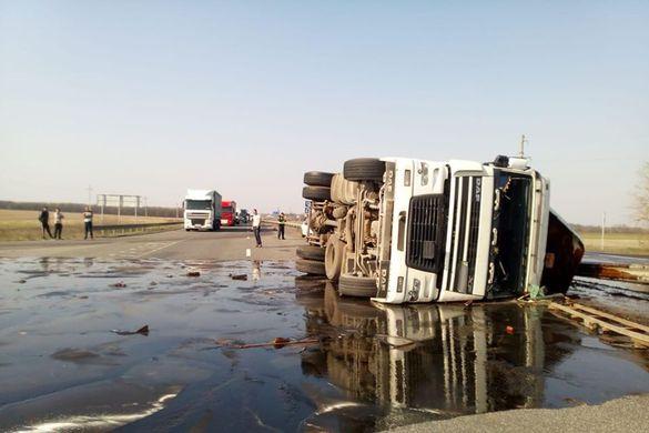 На Черкащині через ДТП ускладнено рух: перекинулась вантажівка (ФОТО)