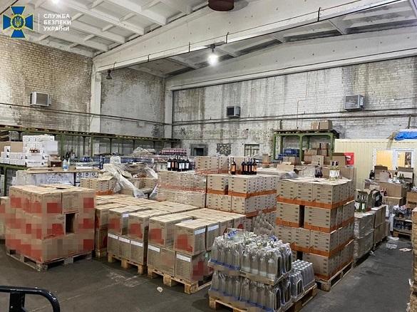 У Черкаській області СБУ вилучила тонни алкоголю з підробленими марками акцизного збору (ФОТО)