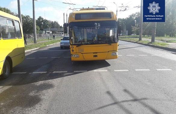 На перехресті у Черкасах сталася ДТП за участі тролейбуса (ФОТО)