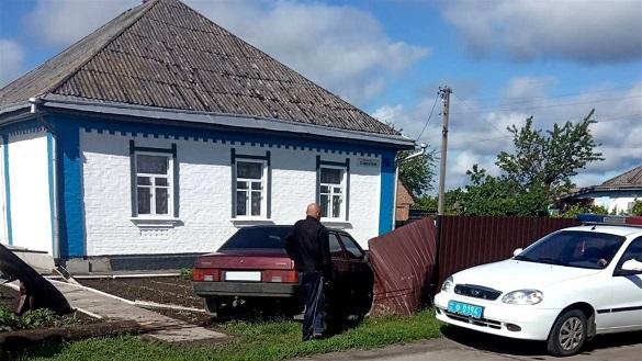 На Черкащині автівка з нетверезими дівчатами ледь не в'їхала у будинок (ФОТО)