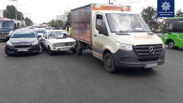 Три автомобілі зіштовхнулися на дорозі у Черкасах (ФОТО)
