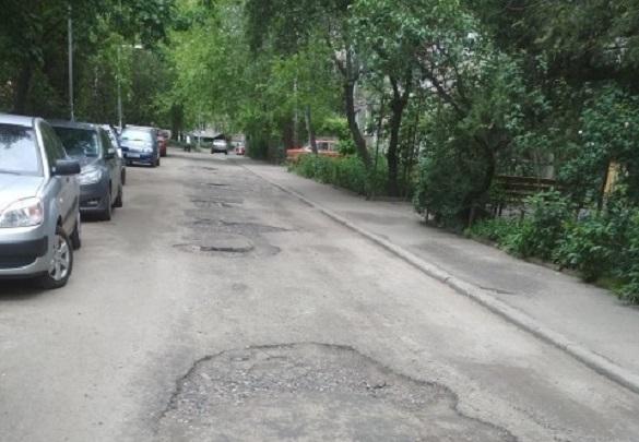 Черкасці просять відремонтувати дорогу біля одного з будинків по вулиці Сумгаїтській (ФОТО)