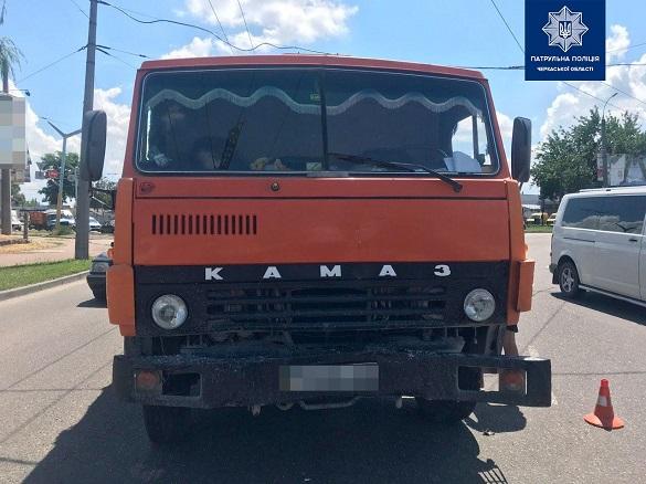 Вантажівка та легковик зіштовхнулися в Черкасах (ФОТО)