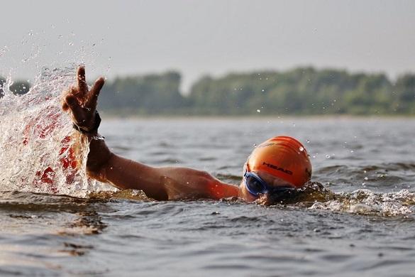 У Черкасах водолази допомогли учаснику запливу через Дніпро (ВІДЕО)