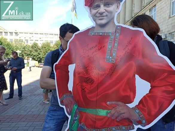 Принесли статуетку нардепа: у центрі Черкас мітингували через російську мову (ФОТО)