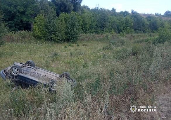 Один чоловік загинув, а другий - у лікарні: на Черкащині п'яний водій злетів у кювет (ФОТО)