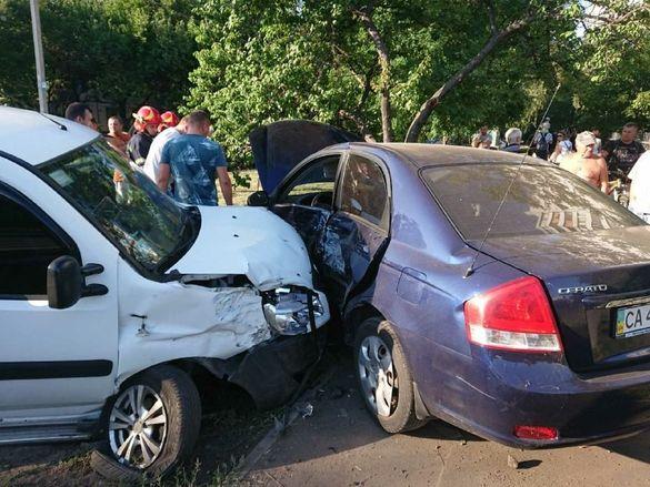 У Черкасах на перехресті через ДТП розбили машини: постраждала дитина