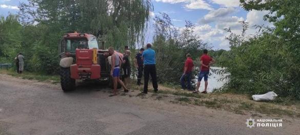 На Черкащині авто з'їхало у ставок: є загиблий (ФОТО)